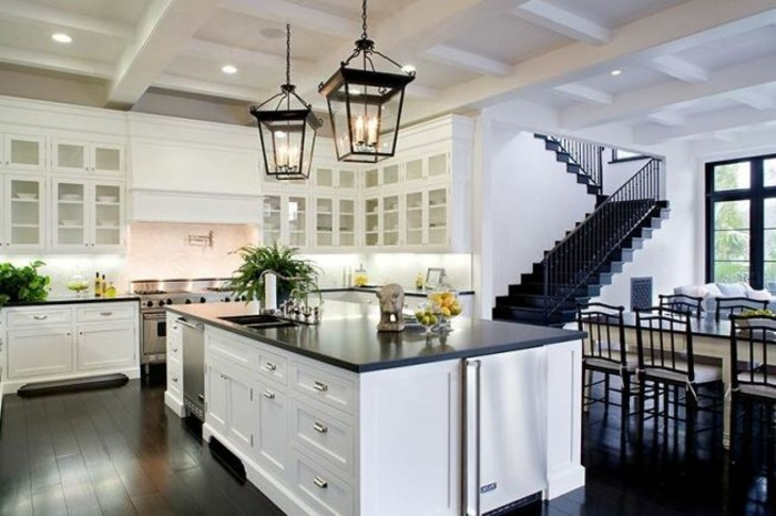 cuisine-blanche-avec-plan-de-travail-noir-salle-a-manger-resized