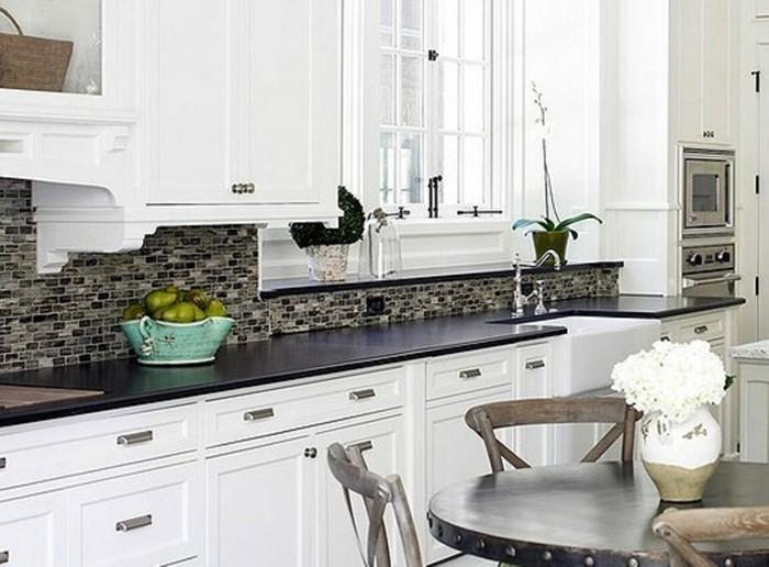 cuisine-blanche-avec-plan-de-travail-noir-style-romantique-bonne-maman-resized