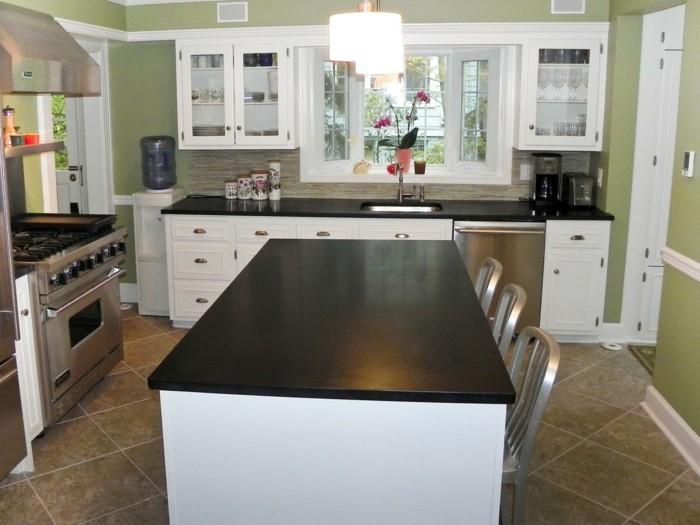 cuisine-blanche-avec-plan-de-travail-noir-sur-un-fond-de-murs-reseda-resized