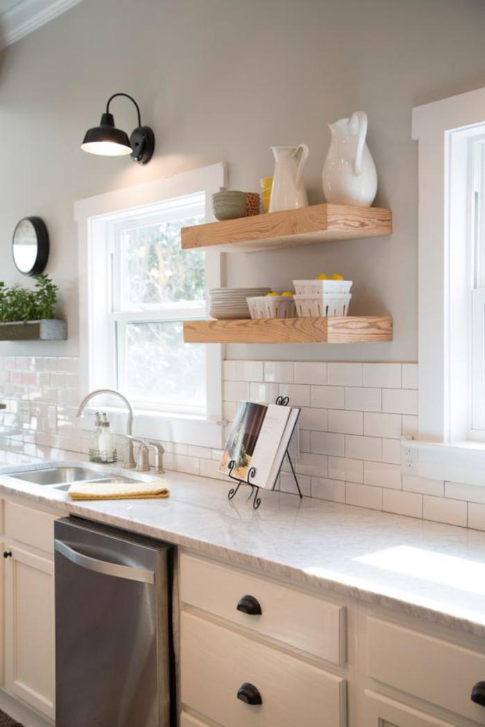 cuisine-blanche-et-bois-comptoirs-marbrés-et-étagères-bois