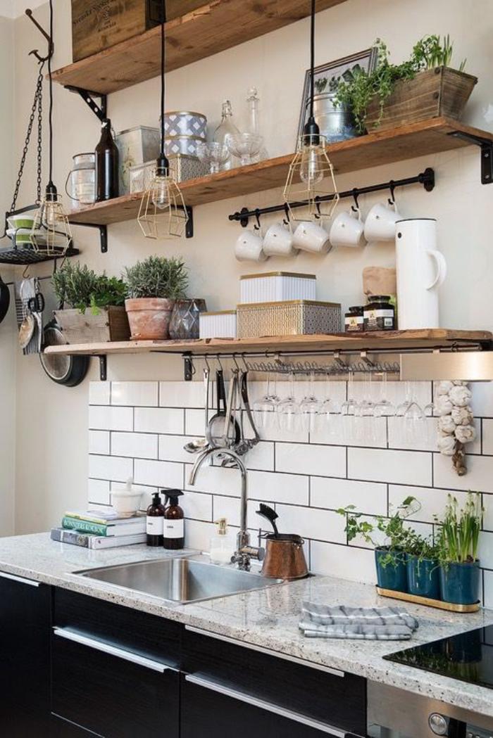 cuisine-blanche-et-bois-étagères-murales-bois-et-tuiles-blanches-murales