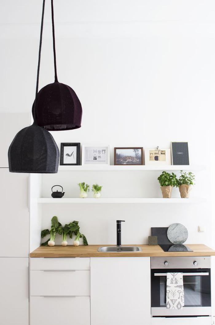 Deco Chambre Garcon Gris Jaune : cuisine blanche et bois, étagères murales blanches