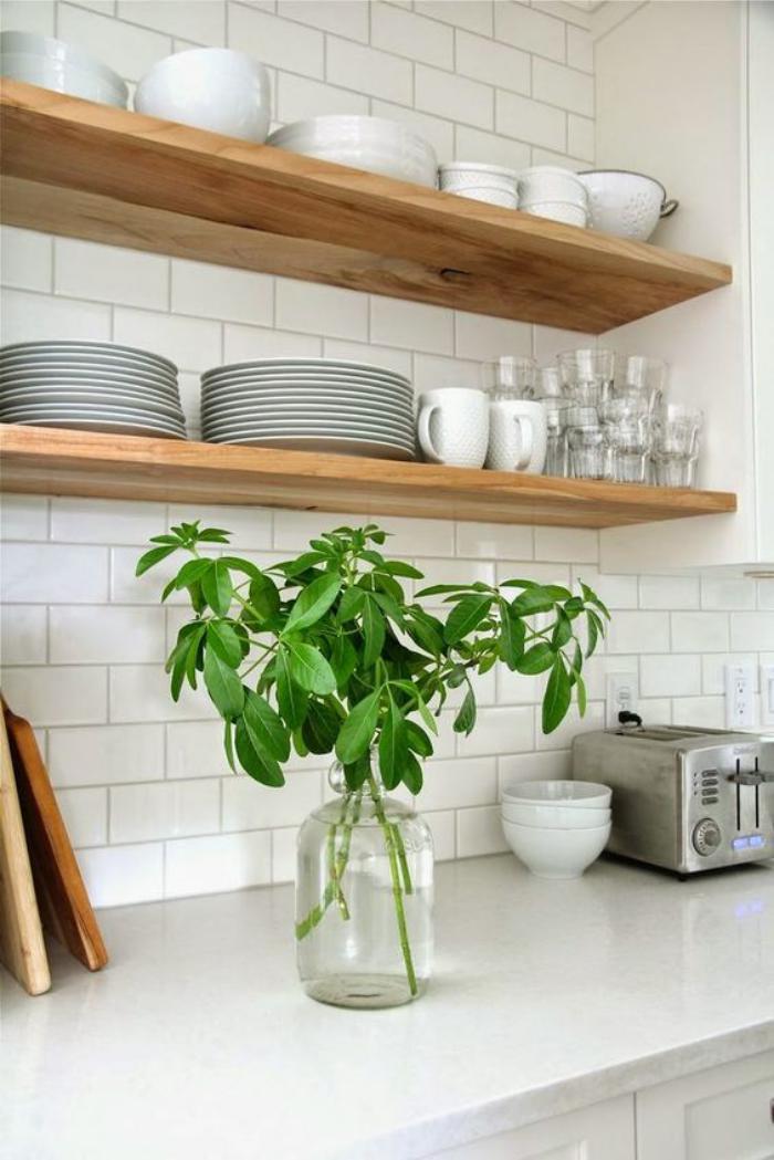 cuisine-blanche-et-bois-étagères-ouvertes-de-bois
