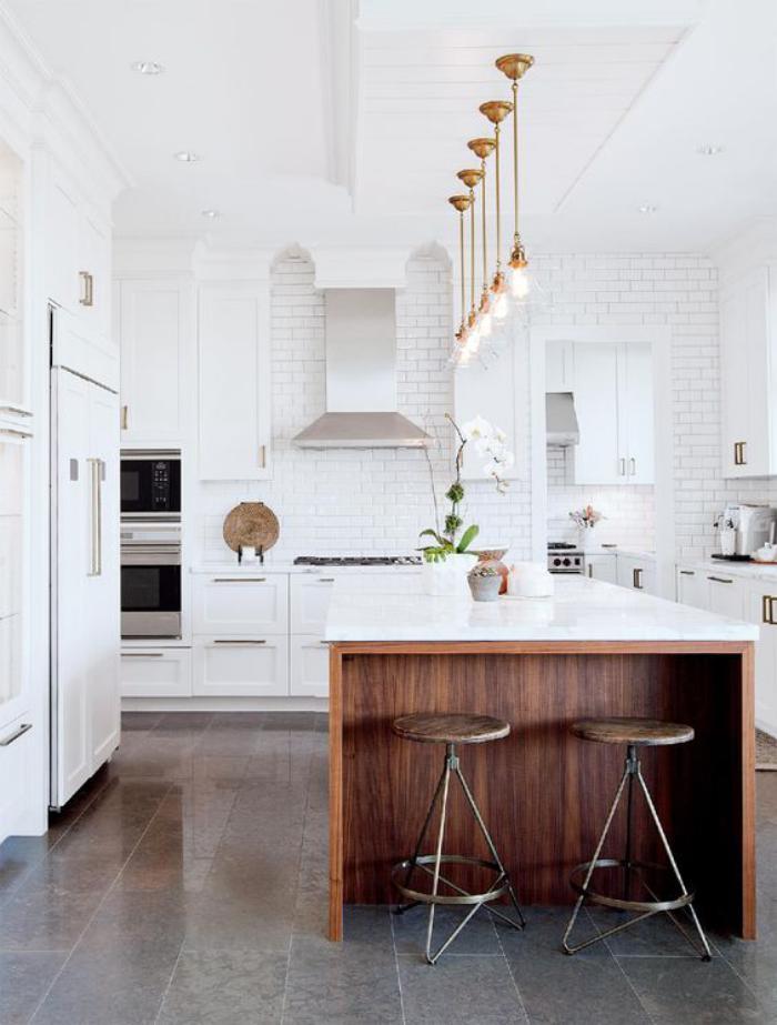 Idee Deco Pour Cuisine Blanche #8: Cuisine-blanche-et-bois-aménagement-de-cuisine-original
