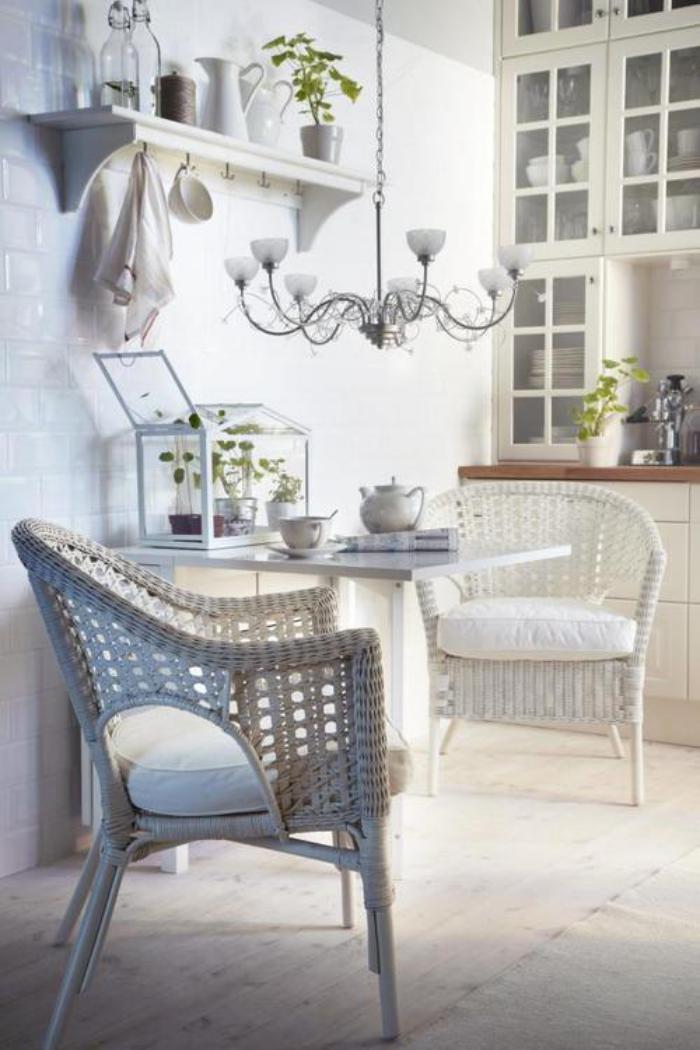 cuisine-blanche-et-bois-chaises-tressées-carrelage-blanc-luisant
