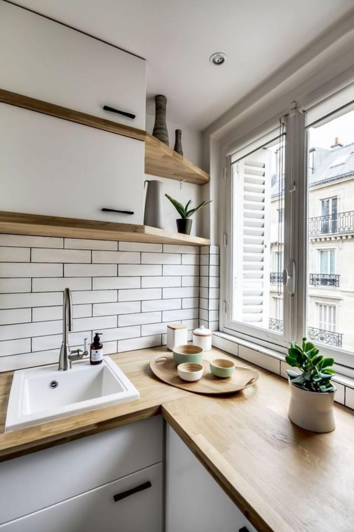 cuisine-blanche-et-bois-comptoirs-bois-mur-en-tuiles-blanches