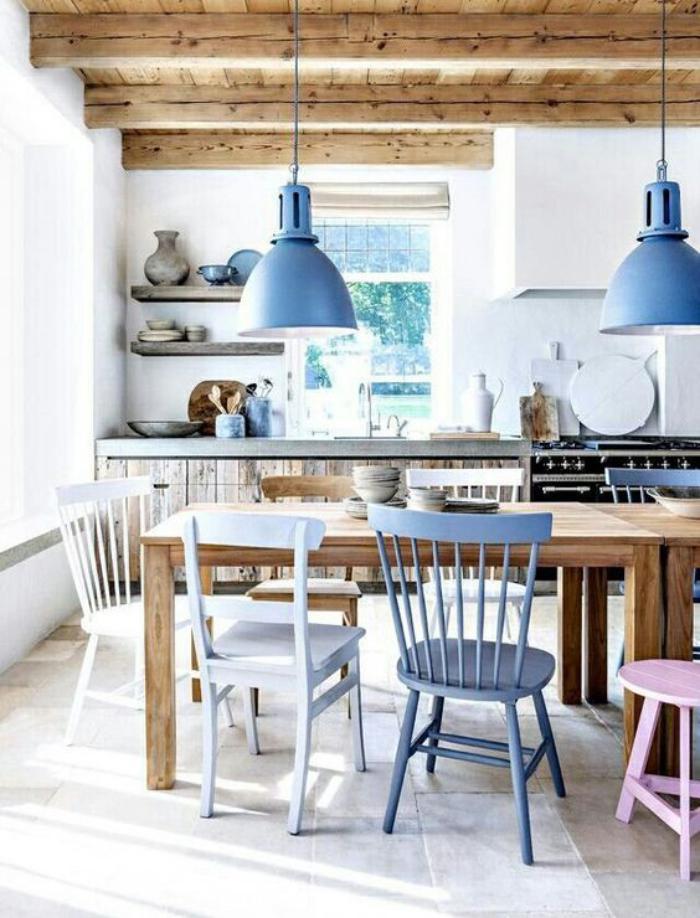 cuisine-blanche-et-bois-cuisine-bois-blanc-et-lampes-bleues ...