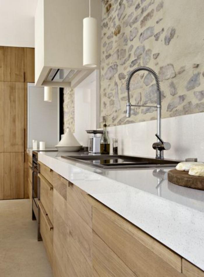 cuisine,blanche,et,bois,déco,mural,pierres,apparentes