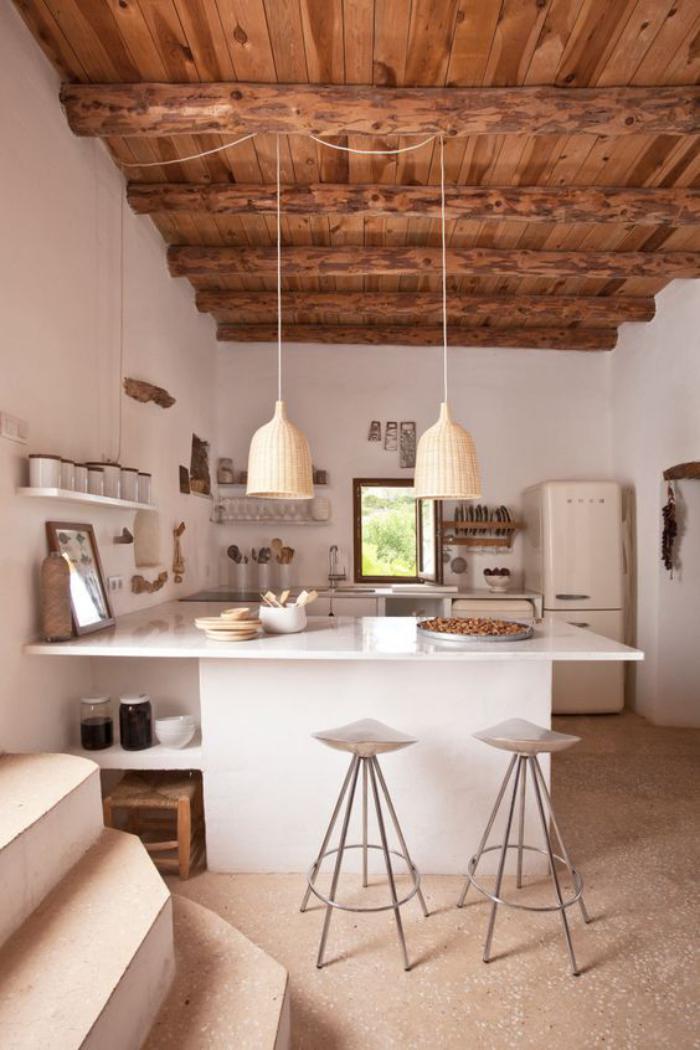 cuisine-blanche-et-bois-déco-plafond-poutres-apparentes-en-bois