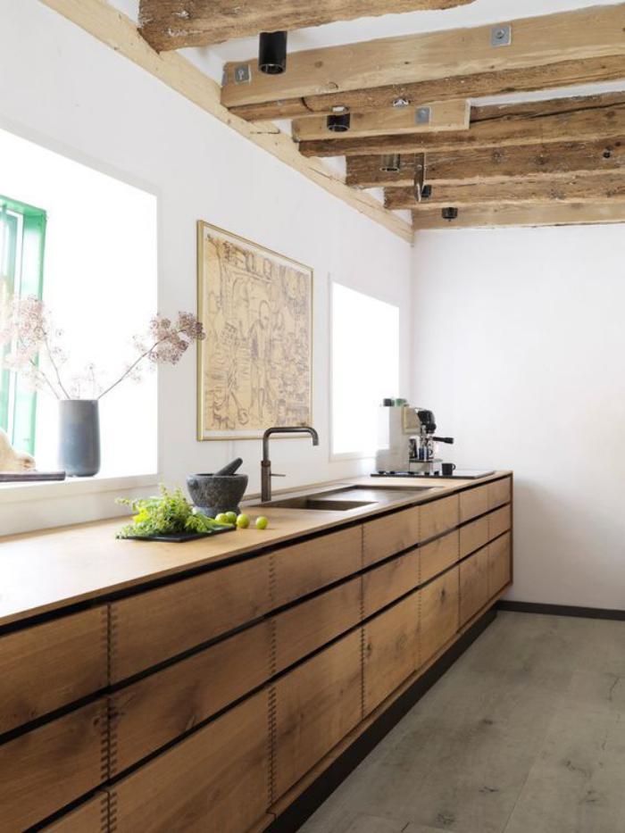 cuisine-blanche-et-bois-grand-comptoir-en-bois-le-long-du-mur