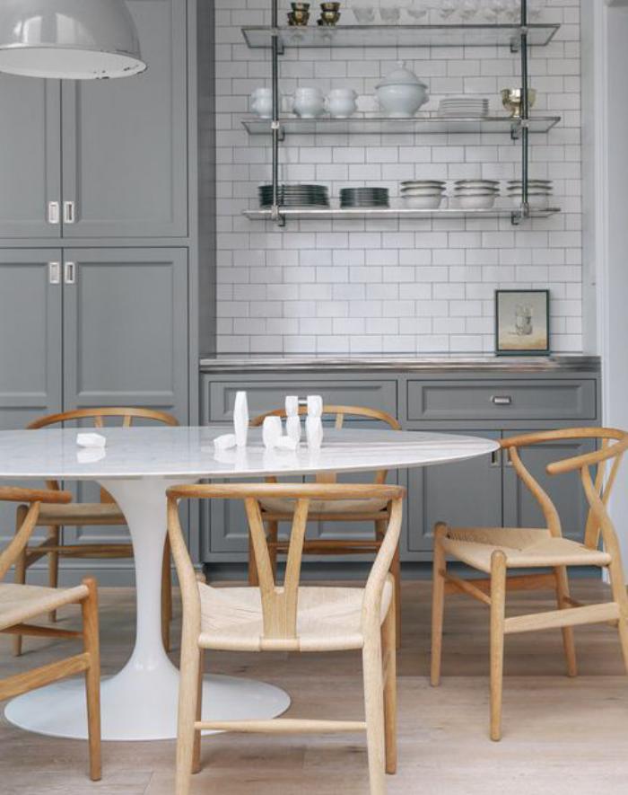 cuisine-blanche-et-bois-grande-table-tulipe-ovale-et-chaises-en-bois
