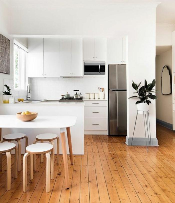 cuisine-blanche-et-bois-idée-déco-cuisine-sol-planches-de-bois-laquées