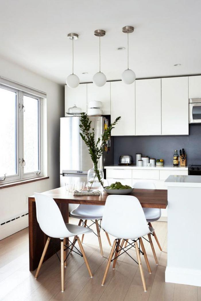 cuisine-blanche-et-bois-ilot-de-cuisine-blanc-et-table-à-manger-en-bois