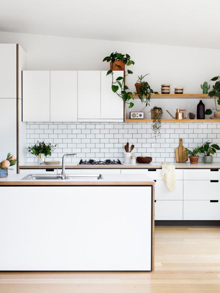 cuisine-blanche-et-bois-jolie-cuisine-en-u-tuiles-blanches