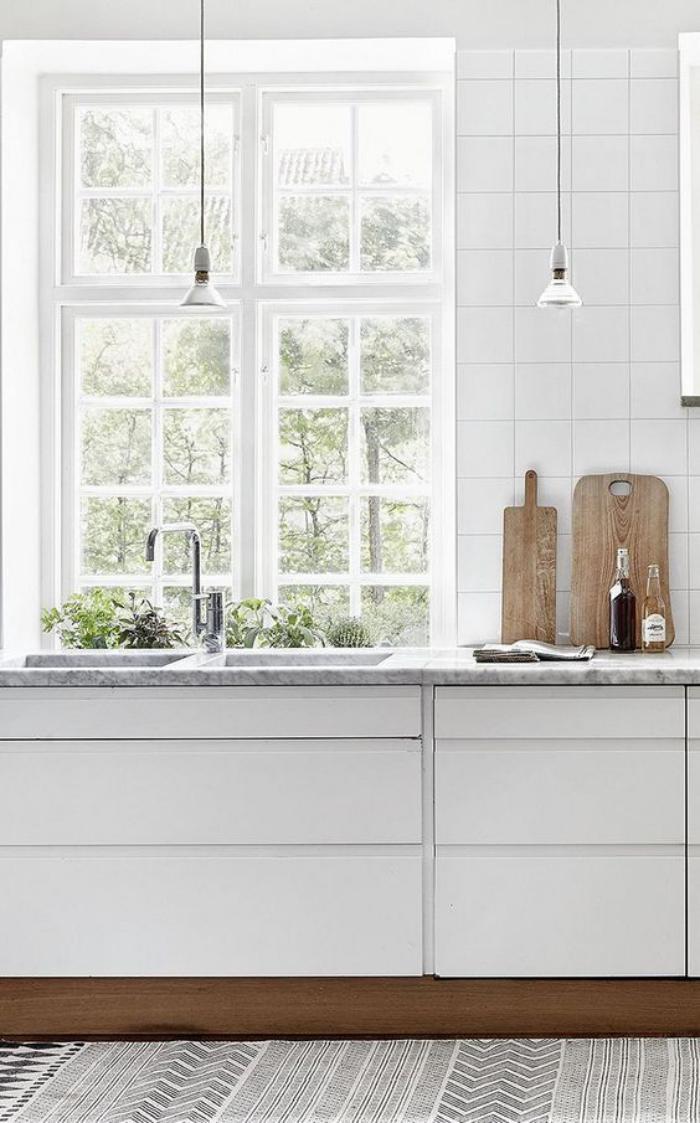 cuisine-blanche-et-bois-lampes-ampoules-suspendues