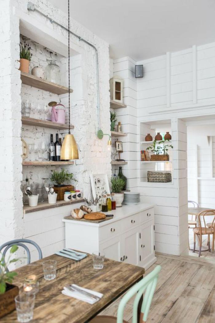 cuisine-blanche-et-bois-mur-briques-blanches-table-en-bois-et-métal