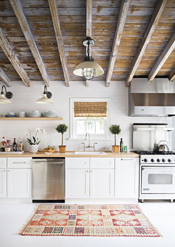 cuisine-blanche-et-bois-plafond-poutres-apparentes-tapis-ethnique