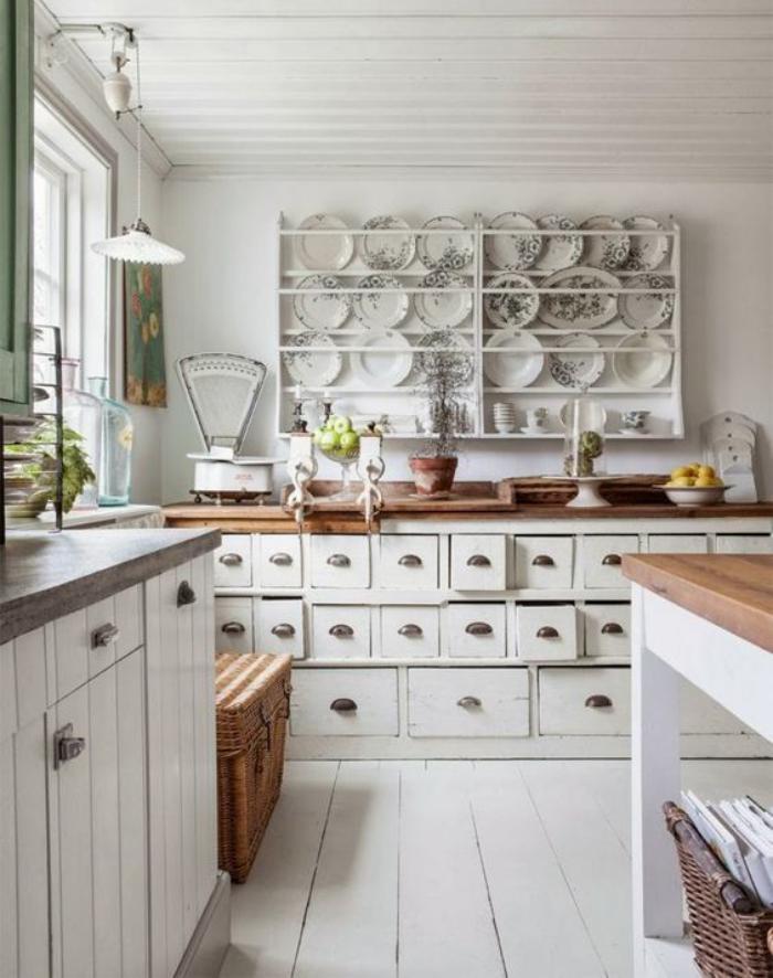 cuisine-blanche-et-bois-rangement-apothicaire