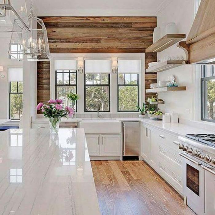 cuisine-blanche-et-bois-revêtement-mural-bois