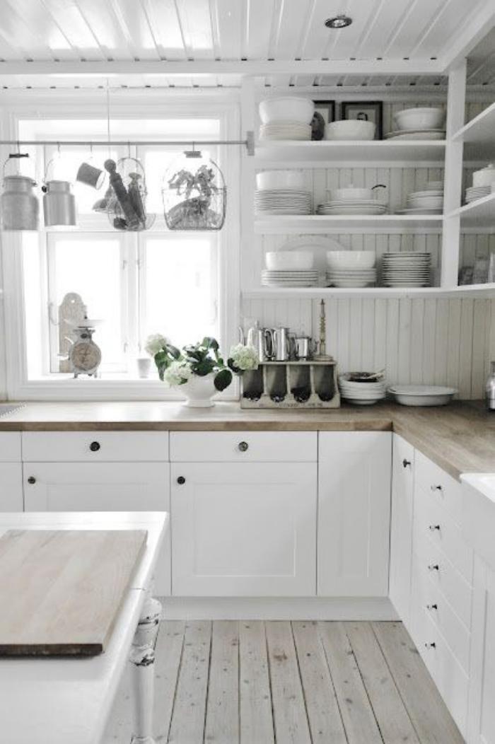 cuisine-blanche-et-bois-sol-en-planches-de-bois