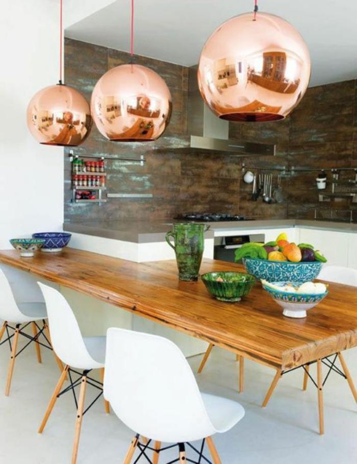 cuisine-blanche-et-bois-table-à-manger-en-bois-et-lampes-cuivrées