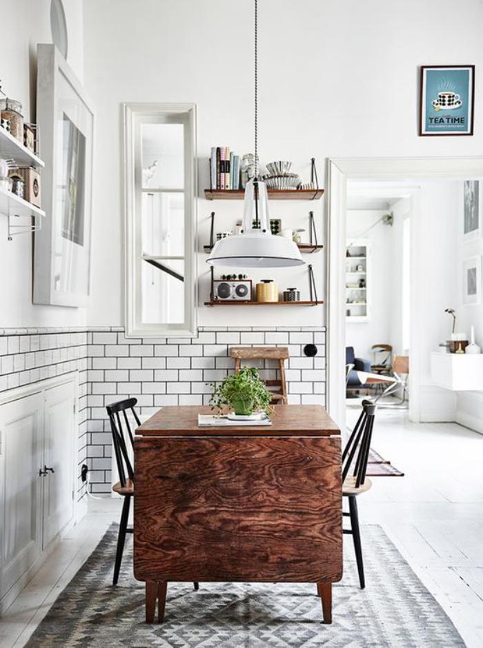 cuisine-blanche-et-bois-table-en-bois-pliante-tuiles-murales-blanches