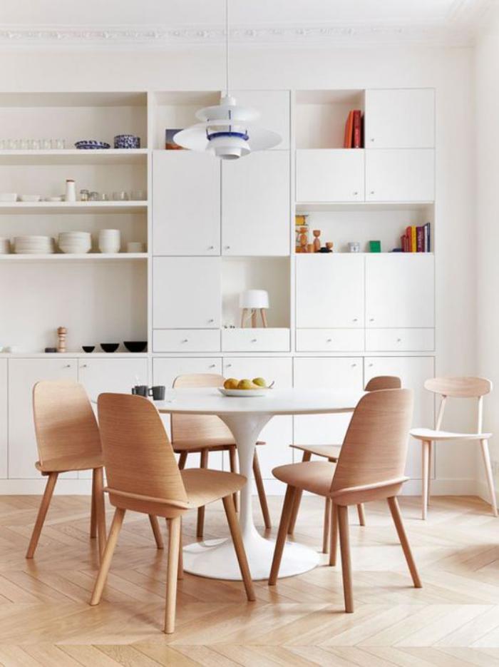 cuisine-blanche-et-bois-table-tulipe-chaises-de-bois