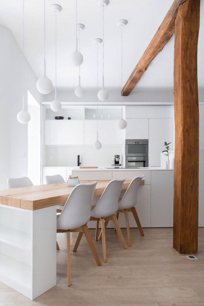cuisine-blanche-et-bois-très-déco-avec-lampes-pendantes