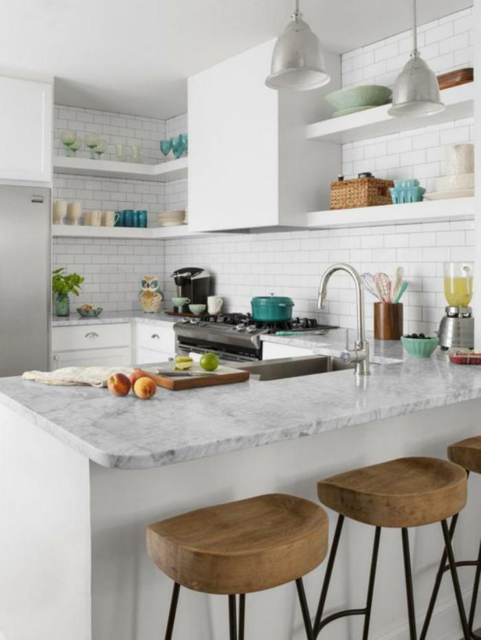 cuisine-blanche-et-bois-tuiles-murales-blanches-et-comptoir-de-cuisine-marbré