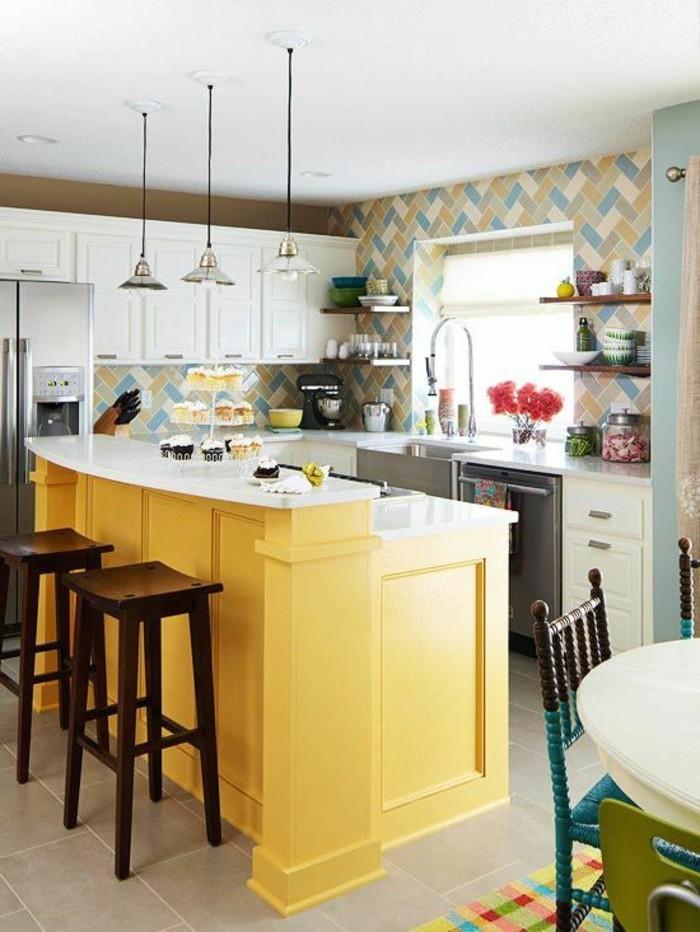 cuisine-en-u-avec-bar-en-bois-jaune-chaises-en-bois-foncé-carrelage-beige-sur-le-sol