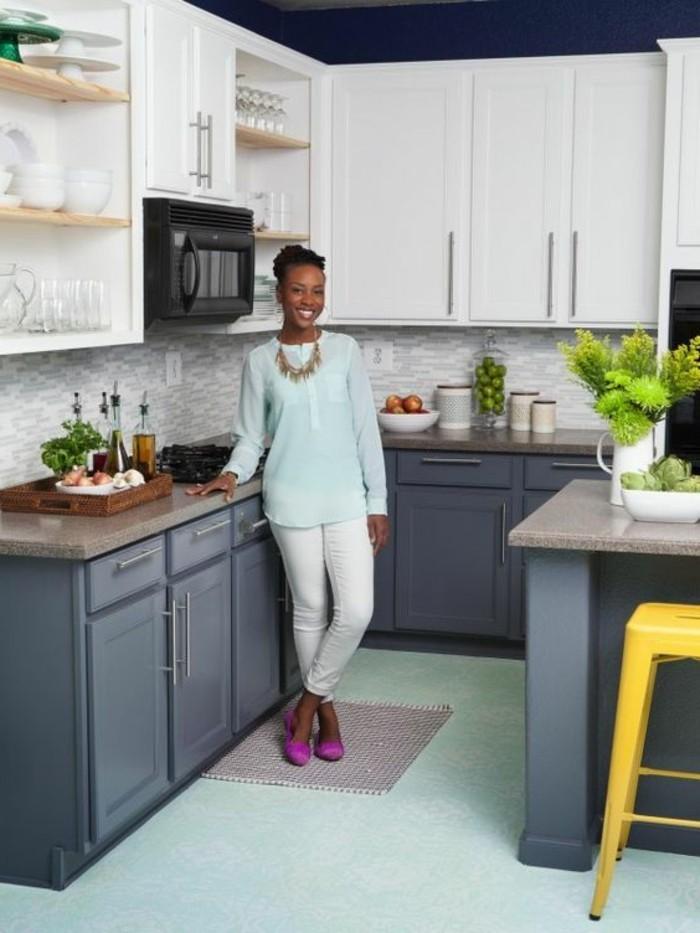 cuisine-en-u-gris-foncé-chaises-hautes-de-bar-en-fer-couleur-jaune-sol-en-bleu-clair