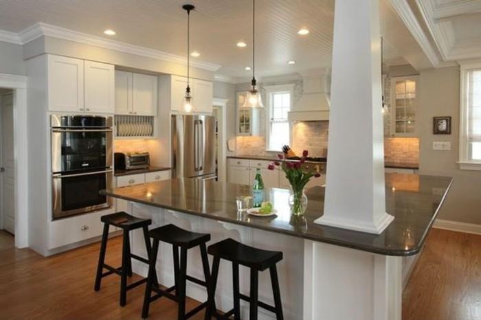 cuisine-integree-avec-chaises-hautes-en-bois-foncé-sol-en-parquet-plafond-blanc