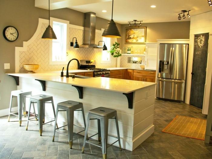 cuisine-sol-en-paves-gris-bar-de-cuisine-en-bois-blanc-chaises-de-cuisine-fer-gris