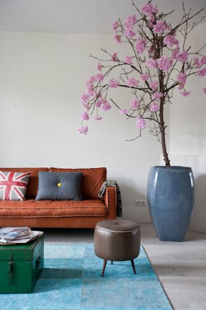 déco-appartement-étudiant-tapis-bleu-canape-en-cuir-marron-deco-fleurs-d-interieur