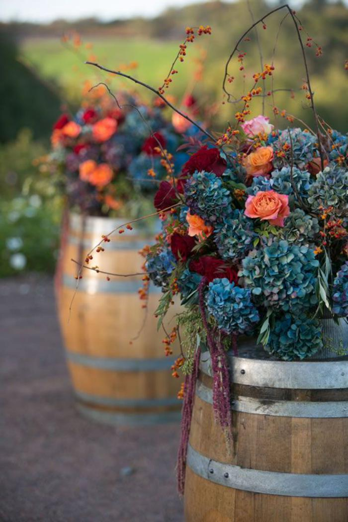déco-jardin-récup-déco-florale-avec-tonneux-de-bois