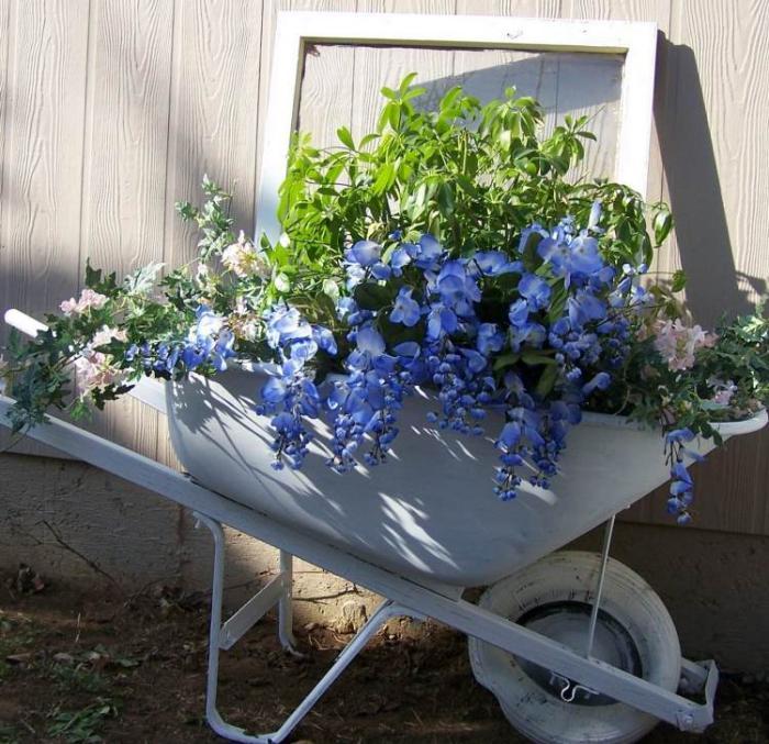 déco-jardin-récup-idée-déco-jardin-brouette-blanche