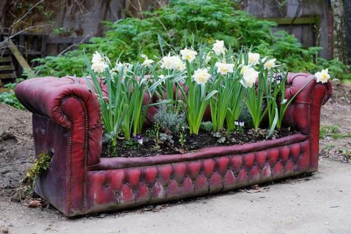 déco-jardin-récup-recup-deco-jardin-canapé-chesterfield