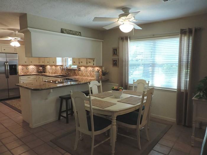 deco-cuisine-couleur-brune-quatre-chaises-fruits-sur-table