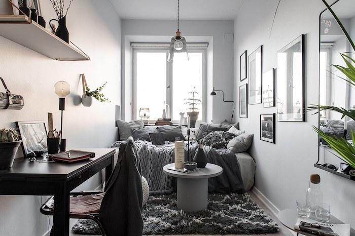 deco petit appartement en longueur aux murs blancs, canapé gris, tapis gris anthracite, table basse grise, bureau bois
