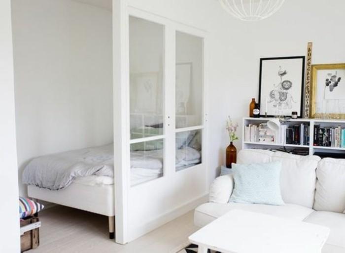 deco-studio-20m2-se-meubler-pas-cher-un-studio-en-beige-et-blanc-canape-blanc-et-table-carrée
