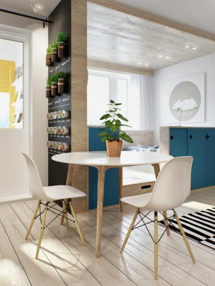 deco-studio-20m2-sol-en-planchers-en-bois-clair-chaises-en-plastique-blanche-tapis-à-rayures