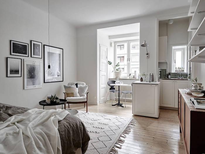 petite kitchenette d angle couleur blanche, coin repas scandinave ouvert sur chambre gris et blanc, deco murale cadres noir et blanc, idée déco studio étudiant