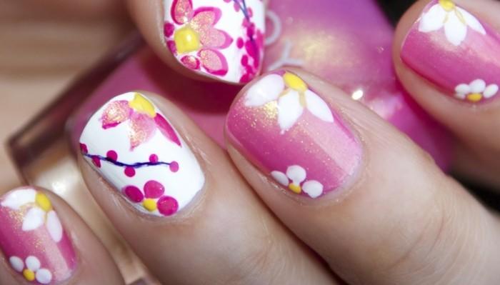 excellent-dessin-sur-les-ongles-idée-cool-en-rose-et-fleurs