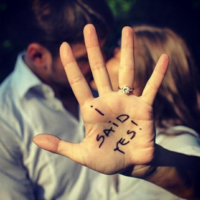 façons-d-annoncer-son-mariage-à-ses-proches-elle-dit-oui