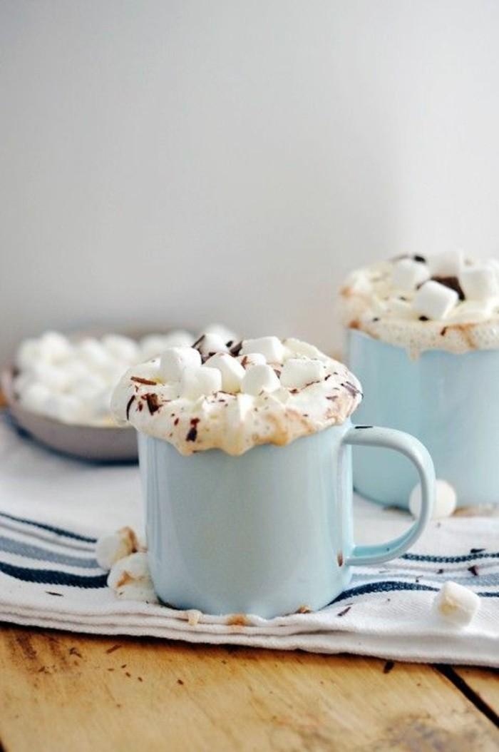 faire-mousser-le-lait-verre-bleu-clair-en-métal-cappuccino-recette-mousser-le-lait