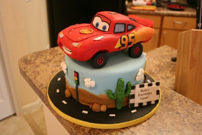 fondant-gateau-d-anniversaire-enfants-voiture-mqueen