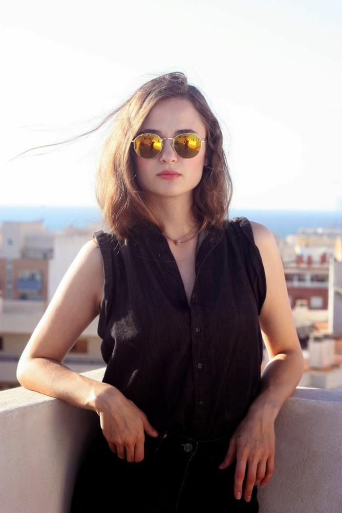 forme-lunnette-de-soleil-marque-femme-jolie-balcon
