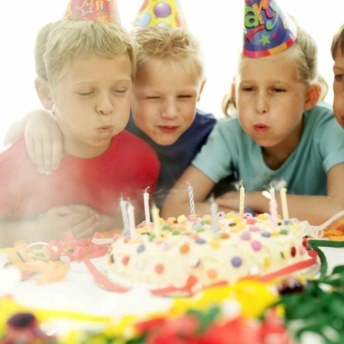gateau-d-anniversaire-pour-enfant-décoré-joliement-une-idée