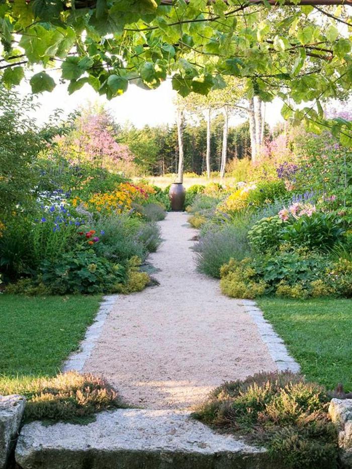 gravillon-pour-allee-pelouse-verte-jardin-magnifique-gravier-allée-blanc-jardin-avec-fleurs