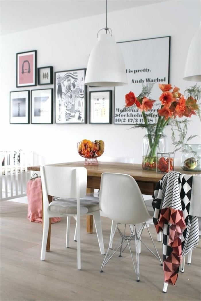 idée-déco-chambre-chaises-différentes-table-en-bois-clair-parquet-lustre-blanc-chaises-blanches